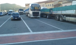 Camion in attesa in banchina