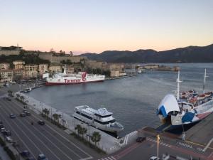 """Il traghetto """"Oglasa"""" della Toremar"""