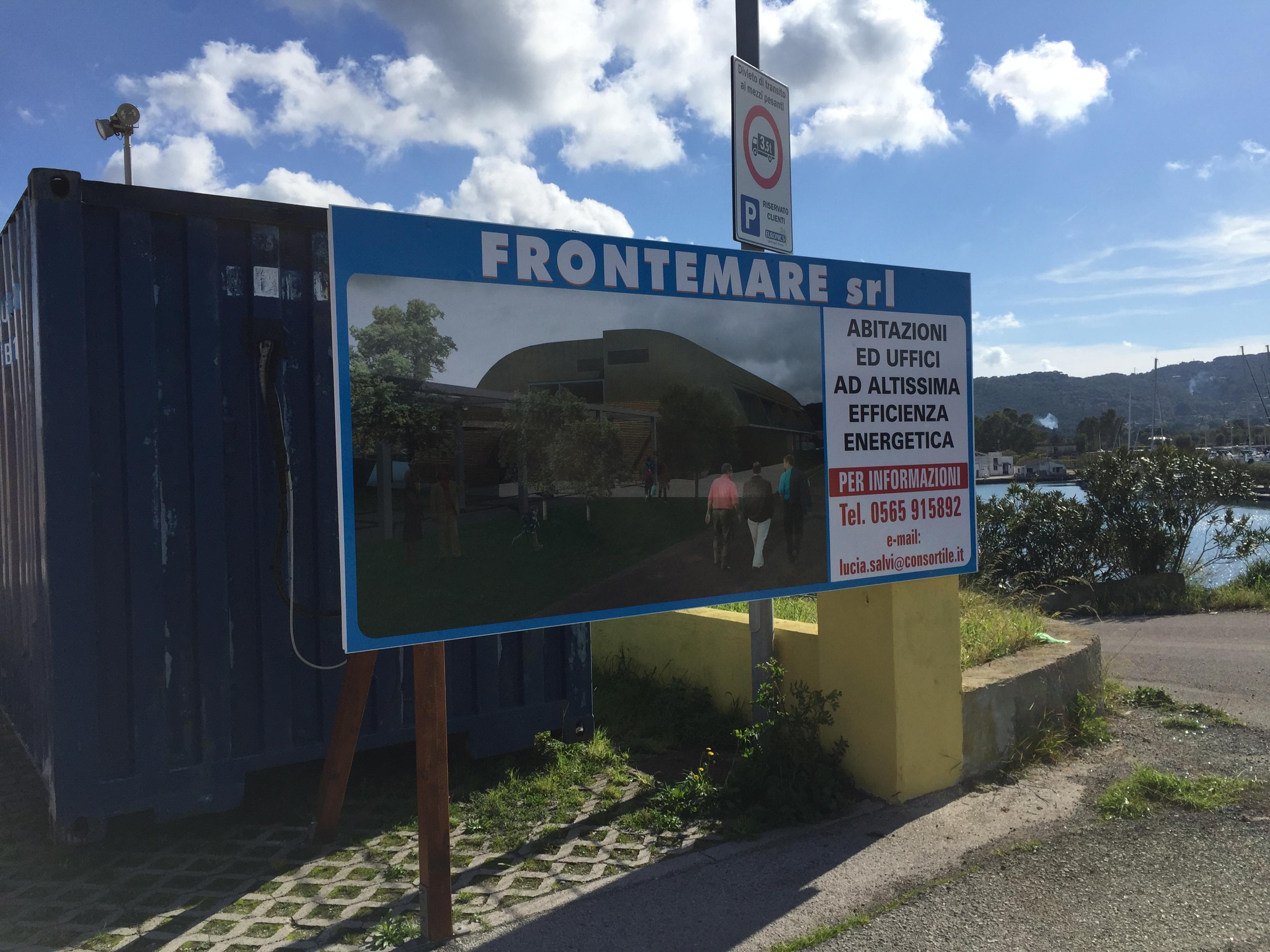 Fuori dal cantiere invece ¨ stato affisso un pannello pubblicitario nel quale si legge Abitazioni ed uffici ad altissima efficienza ener ica
